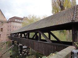 ペグニッツ川に架かる木造の橋を渡った左側の建物です