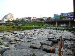 童心に返ります、飛び石のある河原。
