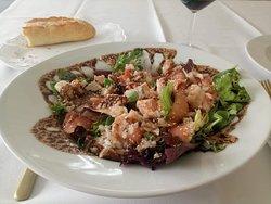 Ensalada de salmón con vinagreta de langostinos