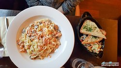 Salmone affumicato, funghi e tagliatelle, garlic bread and salad