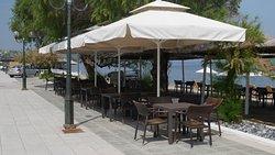 Udendørs servering på strandpromenaden og på stranden.