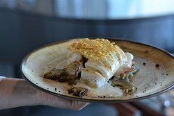 Calamar de playa a la plancha con salsa parmesano y alcachofas confitadas.