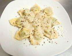 Pansotti (pasta fresca casera rellena de ricotta y espinacas) con salsa de nueces