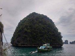 petit îlot verdoyant planté dans la mer !