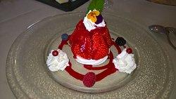 suggéré par le chef: savarin meringué et fraises fraîches du pays