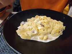 Tagliatelle con Salsa Boletus, con crema de leche, boletus y ralladura de trufa negra