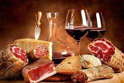 il meglio dei salumi italiani ed il miglior vino campano serviti in una atmosfera casalinga.....