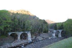 中央部が無いのはそこにあった鉄橋を撤去したから