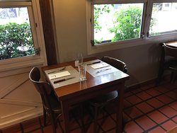 mesa para dos chica muy buen espacio entre mesas