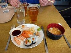Supergod soppa och sushi! och smaksatt gott vatten vid sidan av måltidsdrycken.