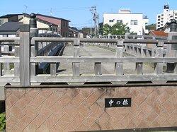 主計街にかかる木製の欄干が特徴でライトアップも評判
