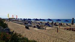 Strand mit Liege und Sonnenschirm