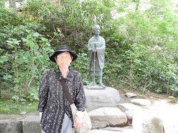 藤原氏の栄華と滅亡を見つめるような芭蕉像