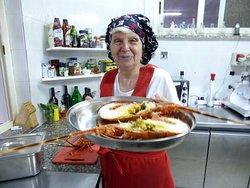 Preparazione dell'aragosta alla catalana.