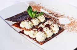 Millefeuille revisité caramélisé, crème mascarpone et cerises griottes.