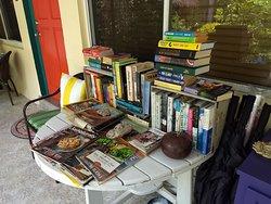 Leitura à disposição dos Hóspedes, na varanda.