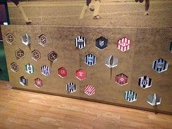 Mosaico interativo com escudos de equipes mineiras.