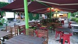 Barbecue et terrasse ombragée