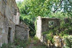 старые развалины, но еще неплохо сохранившиеся