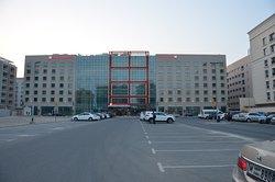 Blick auf das Hotel von dem davor gelegenen Parkplatz