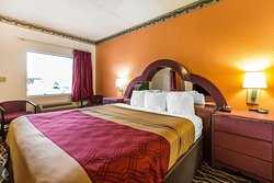 Econo Lodge Inn& Suites Albany