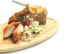 Rántott csirke ropogós bundában, Waldorf saláta, bistro burgonya - Crispy chicken Waldorf salad