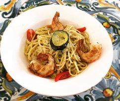 #spaghetti mit #zucchine und gebraten #scampi 🍤🍝 kombiniert mit fruchtigen #pomodorini 🍅 #pra