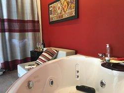 """Stanza Deluxe """"Ariella"""" con elegante zona notte con letto matrimoniale e bagno e vasca idromassa"""