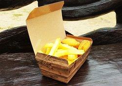 Die Schatzkiste mit leckeren Pommes und saftigen Hähnchen-Nuggets