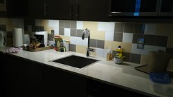 Cuisine de la chambre avec lumière ingénieuse au dessus de l'évier