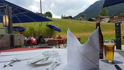 Schön gedeckte Tische und Ausblick ins Grüne