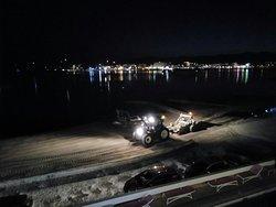 Lunedì: sveglia alle 04:30 per passaggio del trattore che pulisce la spiaggia di fronte all'hote