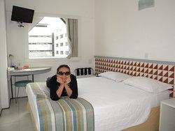 O quarto é pequeno mas acomoda bem