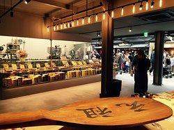 店内写真 創業(明治初期)杓子 two giant rice scoops as store singboards when founded in the early Meiji era