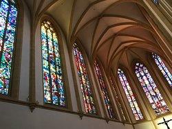 Die Fenster im Altarraum sind wunderschön
