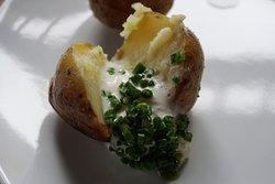 Młody ziemniak (a dokładnie 2) z kremem z trawy polnej i miodu pitnego - menu degustacyjne