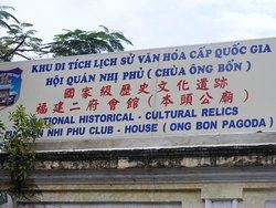 Bảng hiệu đặt tại cổng Chùa ông Bổn, P. 14, Q.5 (TpHCM).