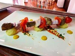 Brocheta de atun al ras al hanout. Con tomate picante y patata chafada