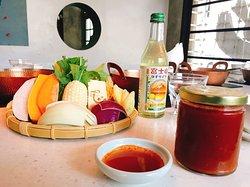 台灣人吃鍋文化~絕不能少的就是「醬料」! 沾的醬料對了,不管夾什麼配料立刻先加100分 💯  除了毛房自豪的日式柚子蘿蔔泥沾醬之外~👍 料理長也特別為喜愛較重口味的朋友,特製了獨門的辣醬!