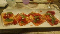 Ravioli ripieni di burrata con pesto pinoli e pomodorini