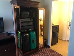 Armário grande com espaço para as malas.