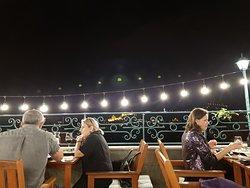 Фантастический вид на город с терассы, вкусная еда, большие порции, приятная музыка