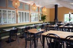 Brasserie van Duinpaviljoen De Uitkijk met fijne zithoek en haard voor de minder warme dagen.