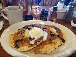 Desayuno estupendo, las tortitas riquísimas y el personal muy atento y simpático. 100% recomenda