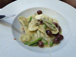 """ravioli """"portofino""""con puntas de esparrago crocante y olivas."""