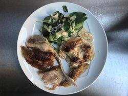 Agneau à la broche sur assiette avec gratin Dauphinois