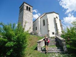 ai piedi delle scale che portano alla pieve di San Floriano