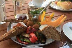 ein wunderbares vegetarisches Frühstück in einem schattigen Garten