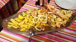 Frittura di calamari gamberi e patatine fritte per due