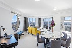 Three Bedroom Luxury Harbour Suite - Dining